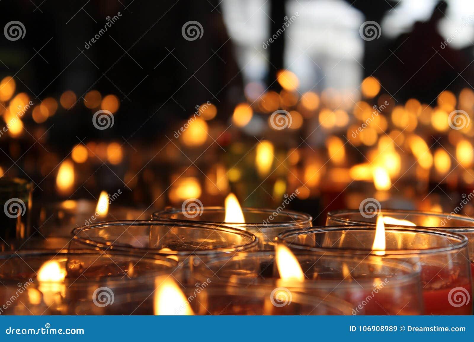 Setki religijne świeczki z unfocoused tłem