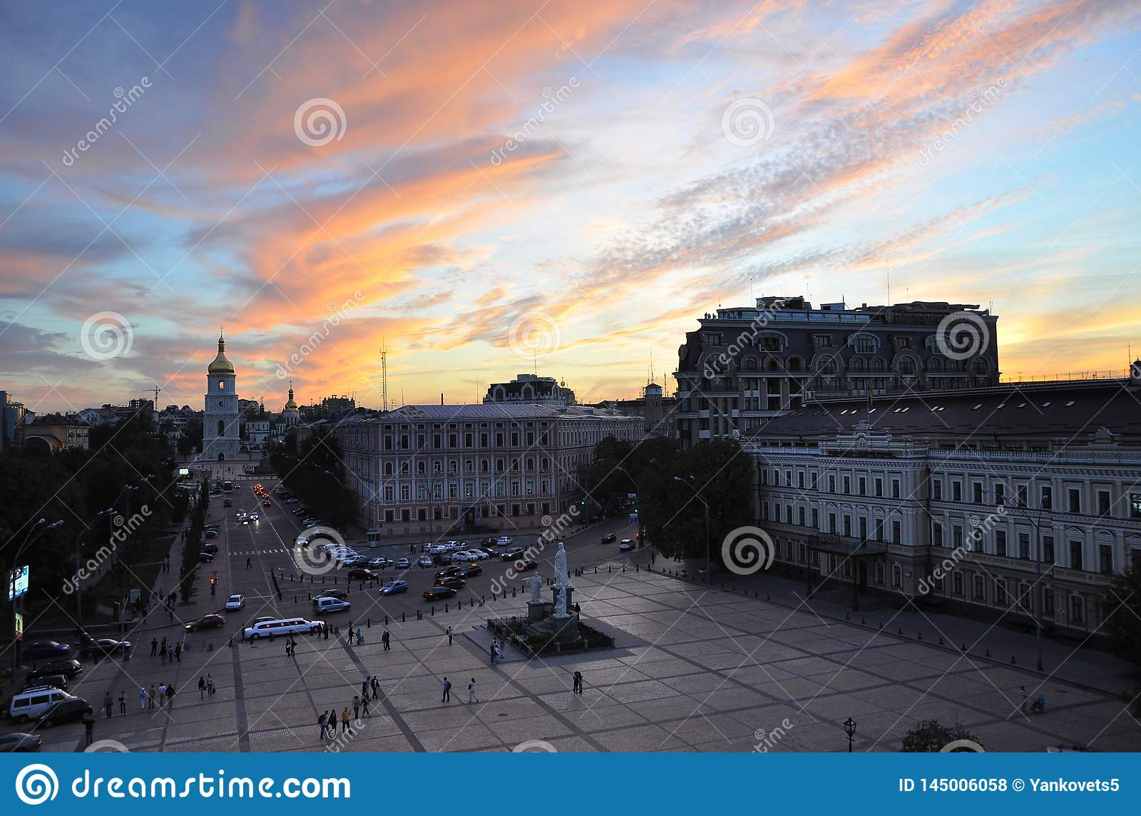 12 settembre 2010 - architettura storica antica nel centro di Kiev contro il cielo blu con le nuvole bianche