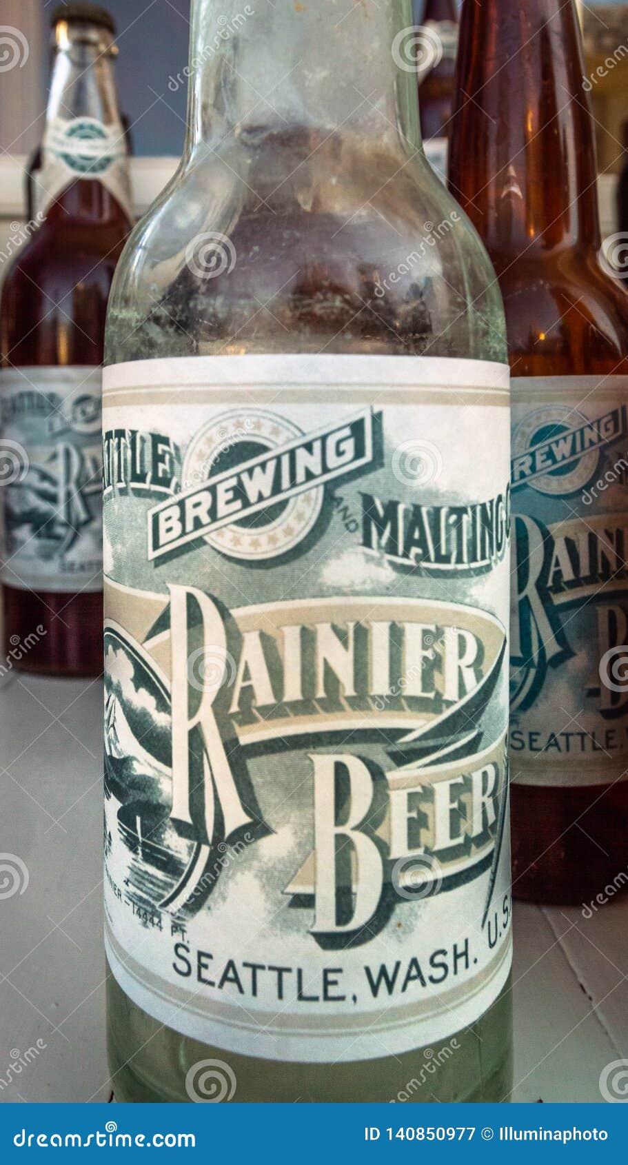 15 settembre 2018 - Skagway, AK: Bottiglie di birra d annata della replica rustica nel salone della mascotte