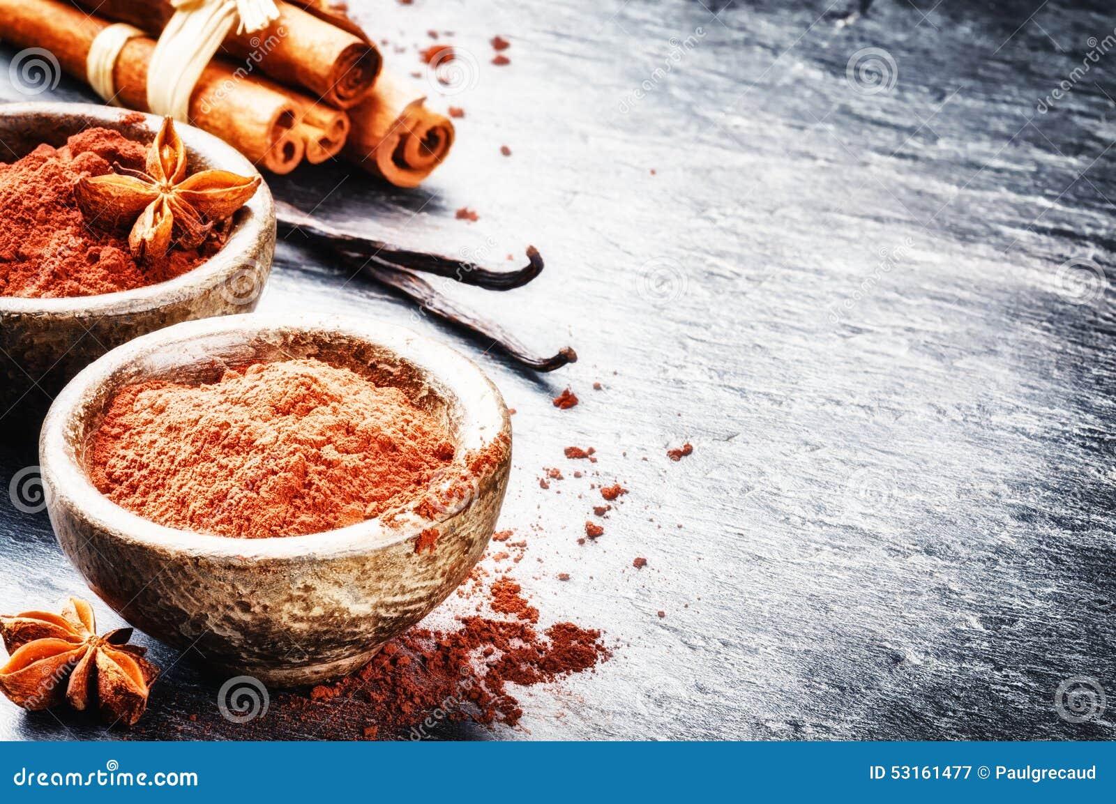 Setting with cocoa powder, vanilla and cinnamon sticks