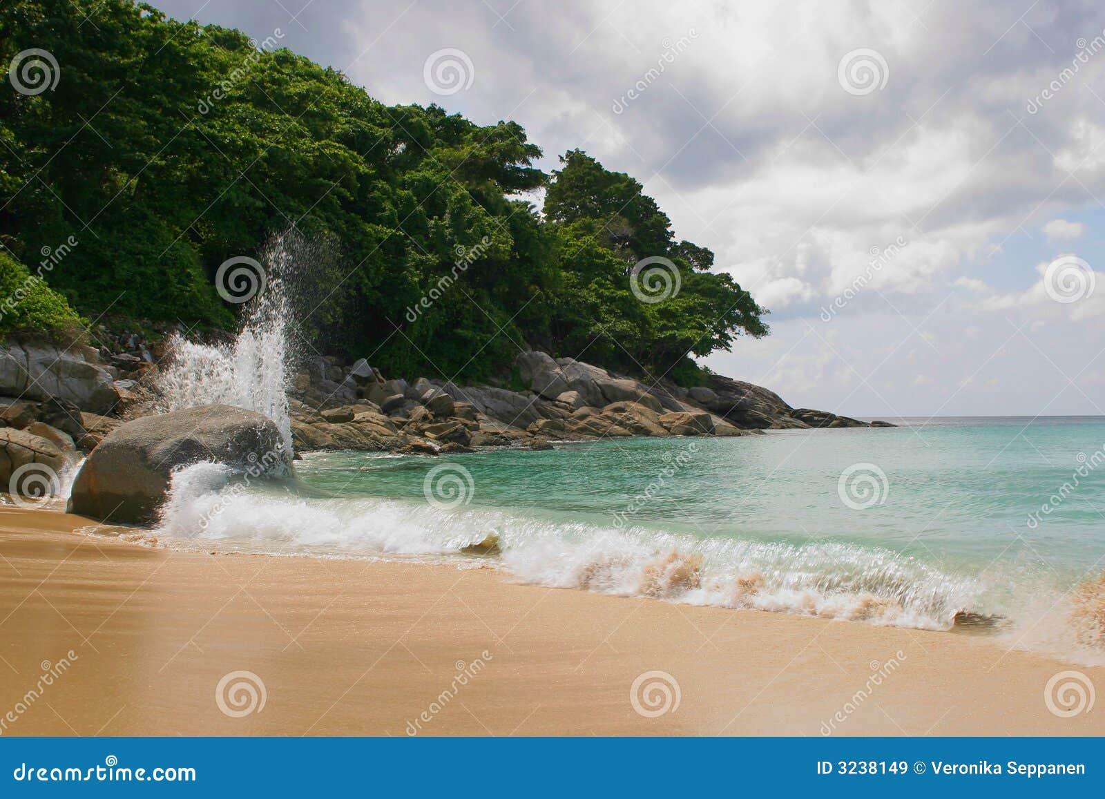 Setzen Sie, blauer Himmel und Ozean auf den Strand