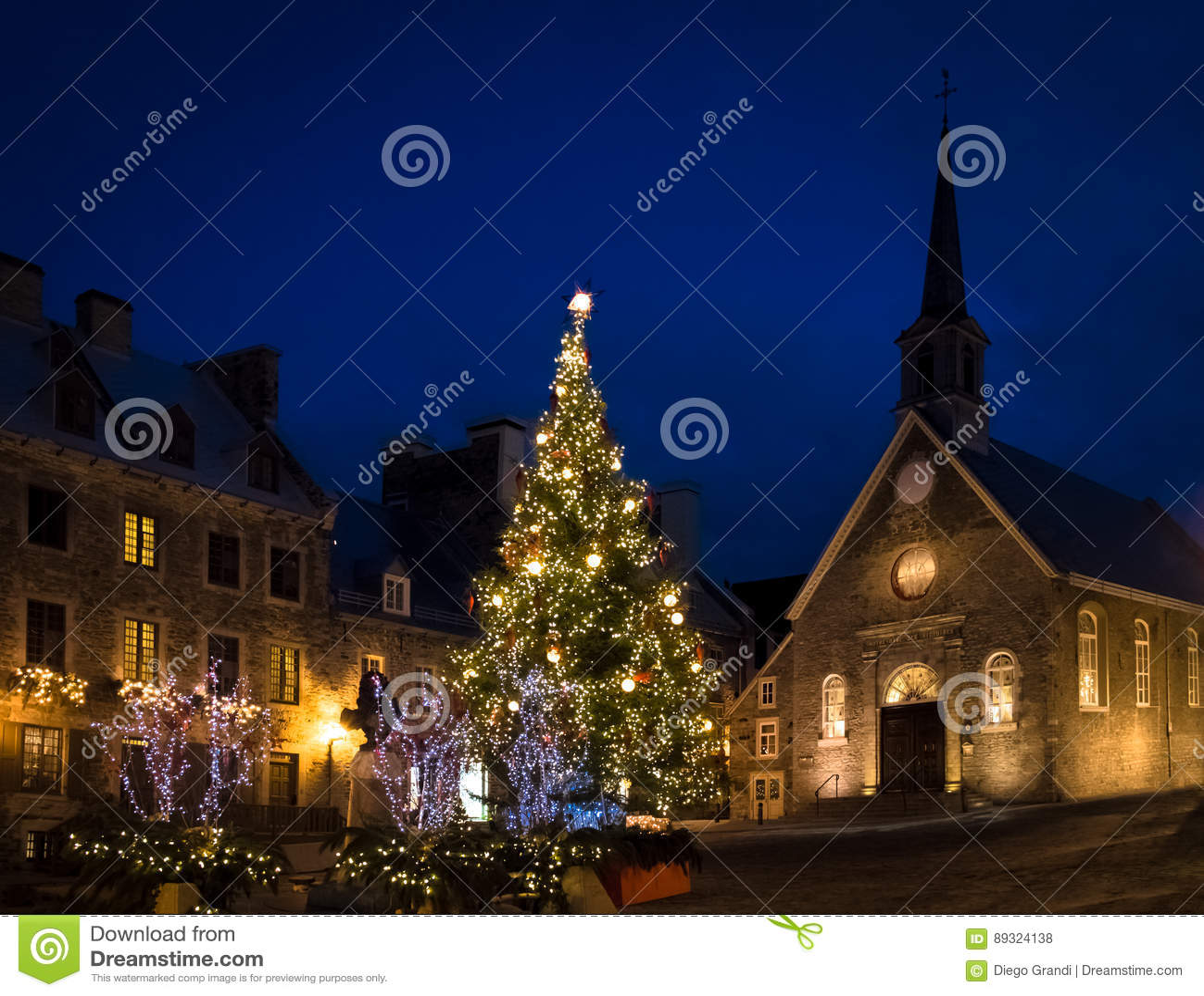 Setzen Sie die Royale Royal Plaza- und Notre Dame-DES-Sieg-Kirche, die für Weihnachten nachts - Québec-Stadt, Kanada verziert wir