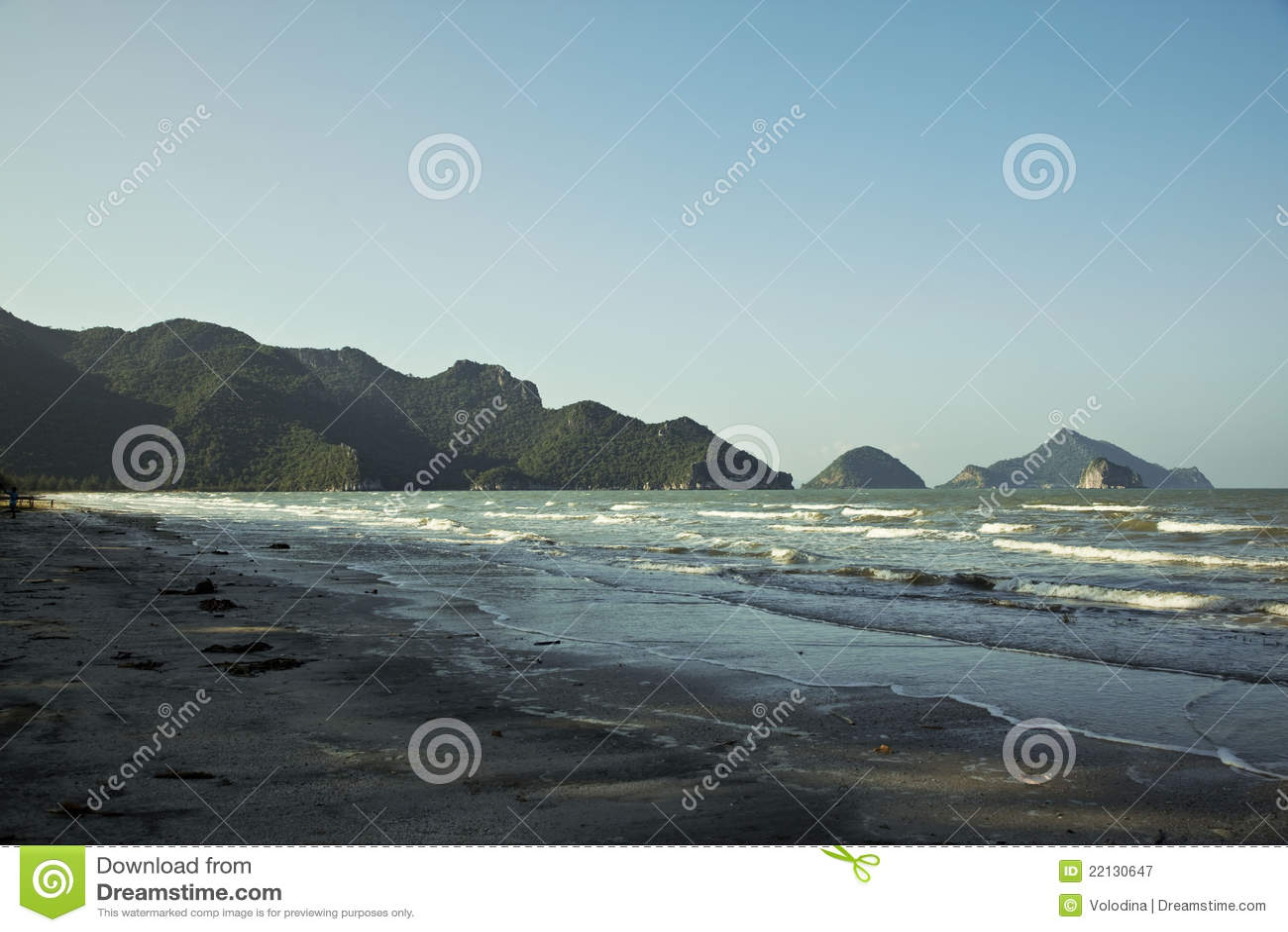 Setzen Sie in einem Nationalpark Khao Sam ROI Yot auf den Strand