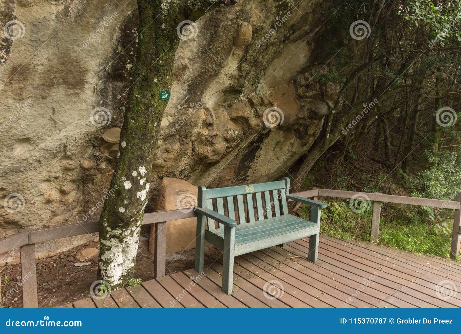 Setzen Sie am Felsenkunststandort nahe den Kaskaden auf die Bank