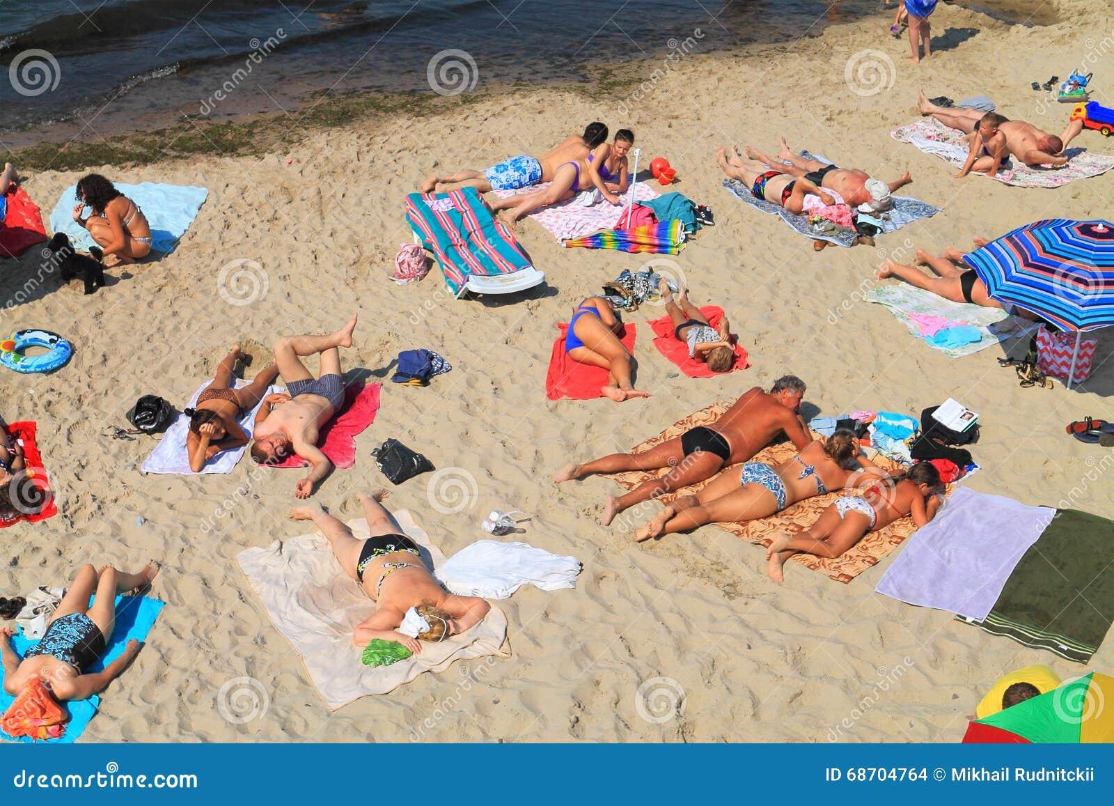 setzen sie rest im sommer auf der bank der ostsee auf den strand redaktionelles stockbild bild. Black Bedroom Furniture Sets. Home Design Ideas