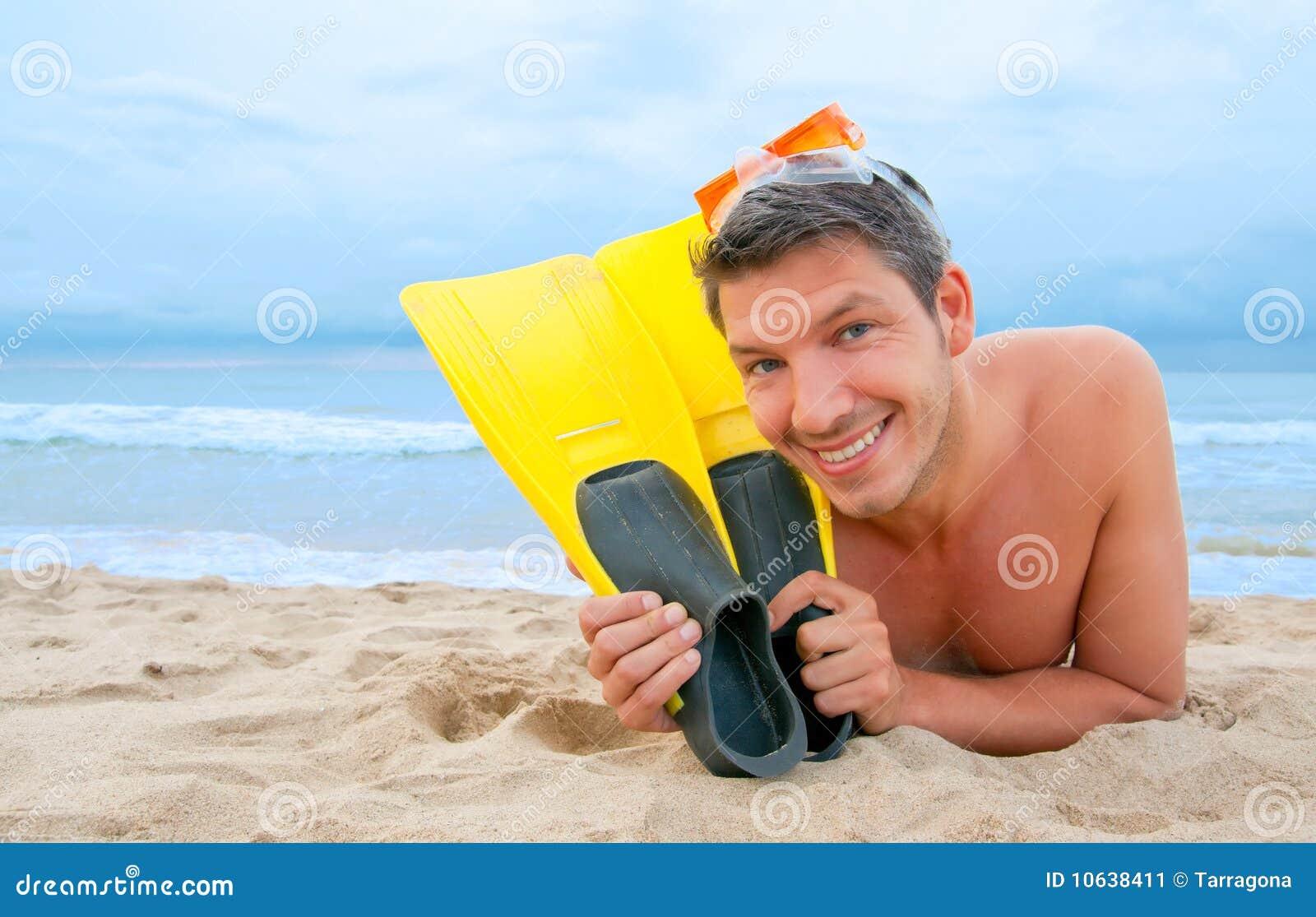 Setzen Sie Schutzbrillemannestaucher auf den Strand