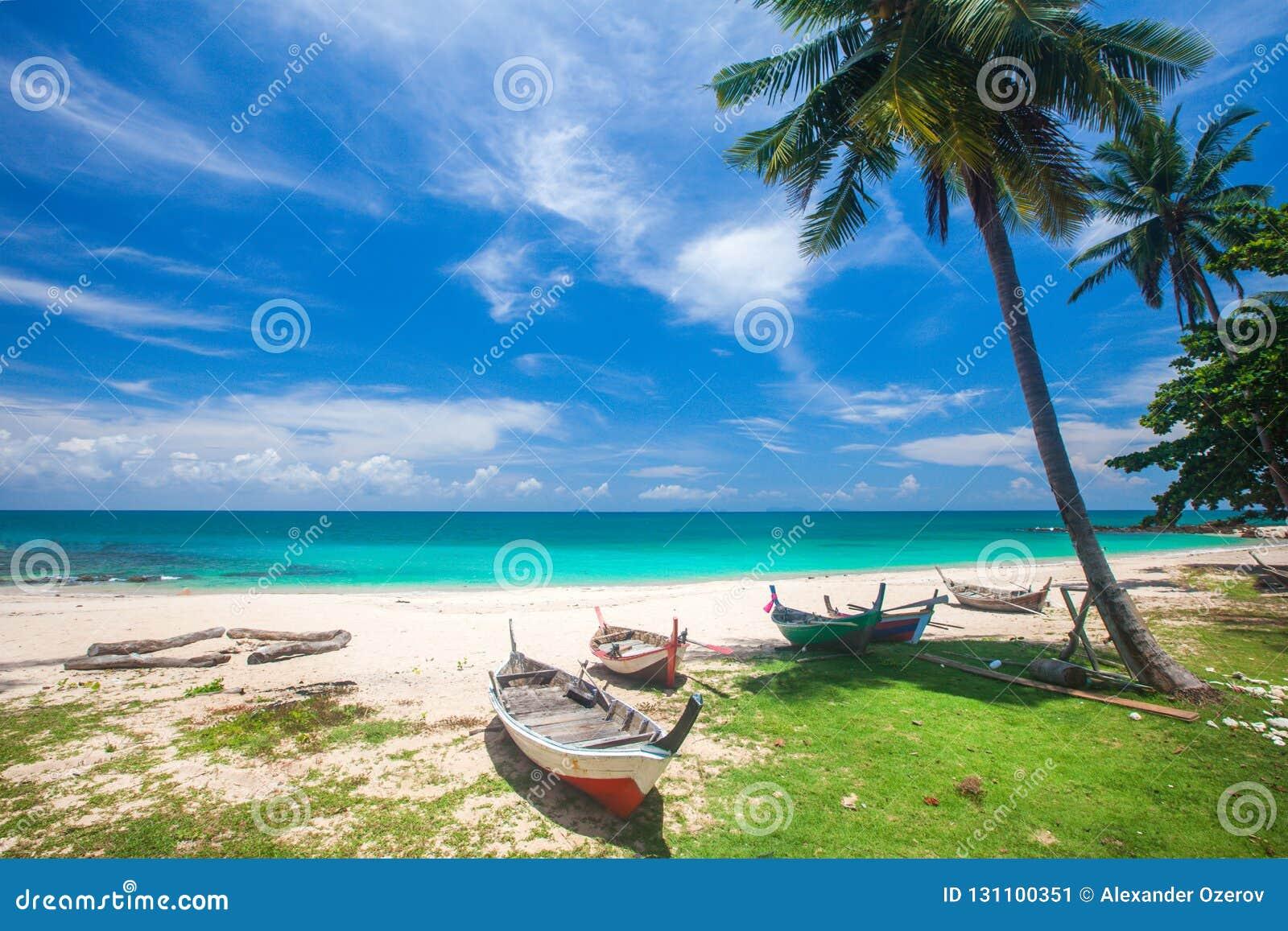 Setzen Sie und Fischerboot, KOH Lanta, Thailand auf den Strand