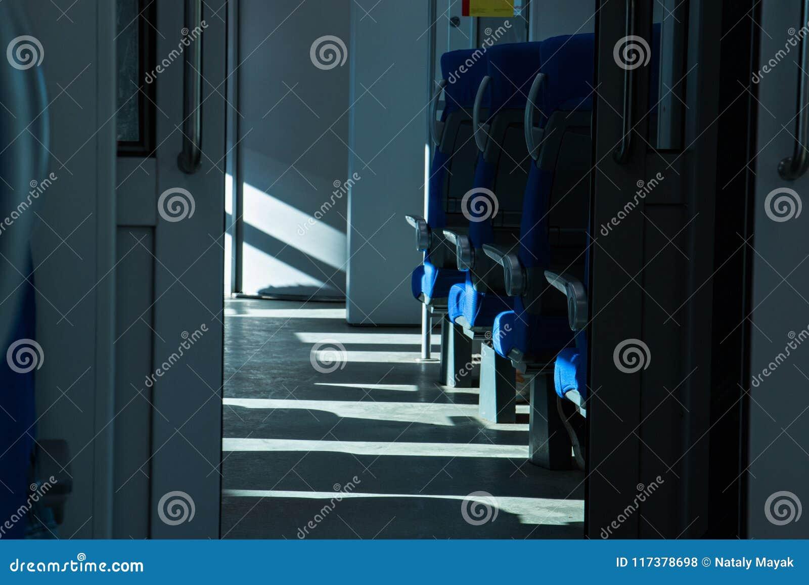 Setzt verfügbares im Zug Sonnenlicht vom Fenster