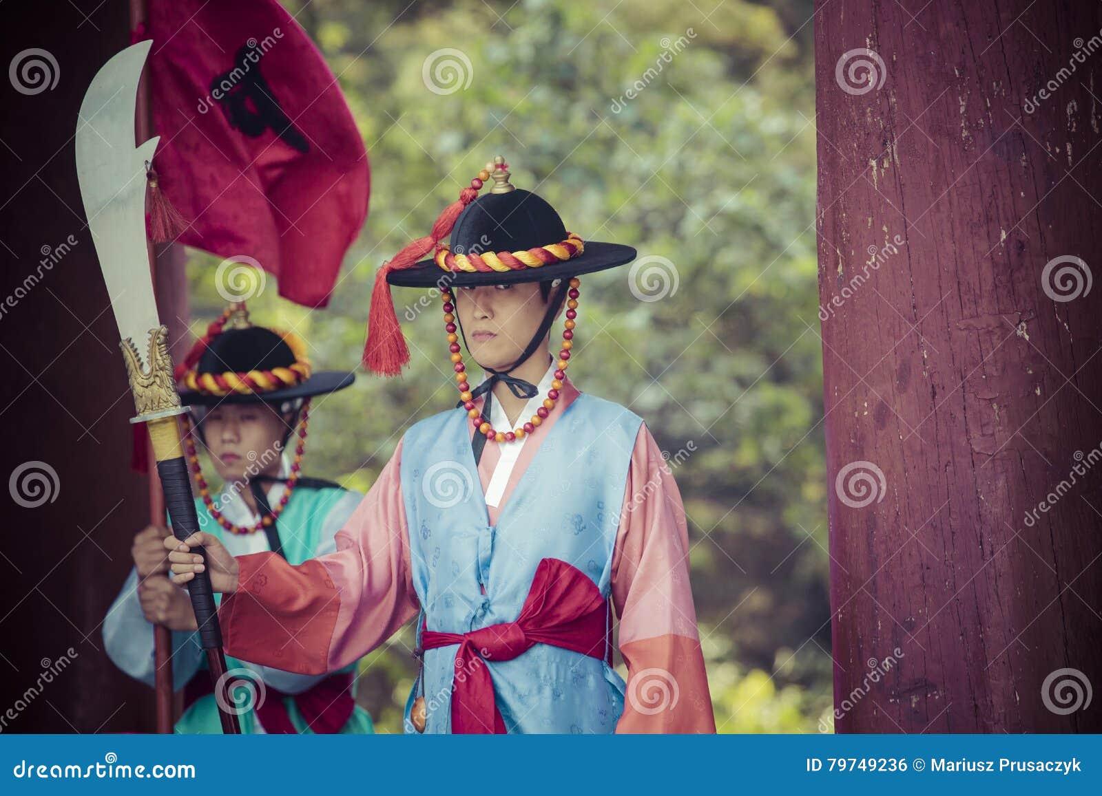 SEUL, COREA DEL SUR - 20 DE OCTUBRE DE 2016: Guardias de palacio en traditio
