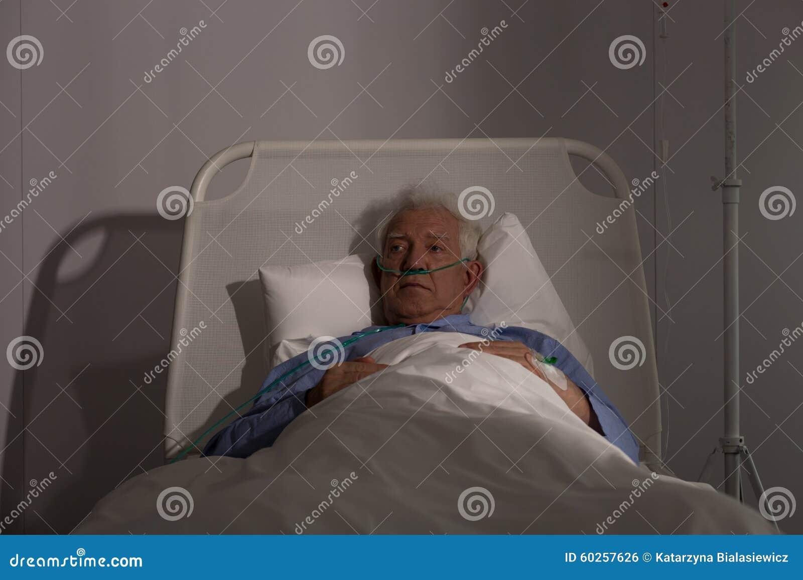 Seul patient d aîné dans l hôpital