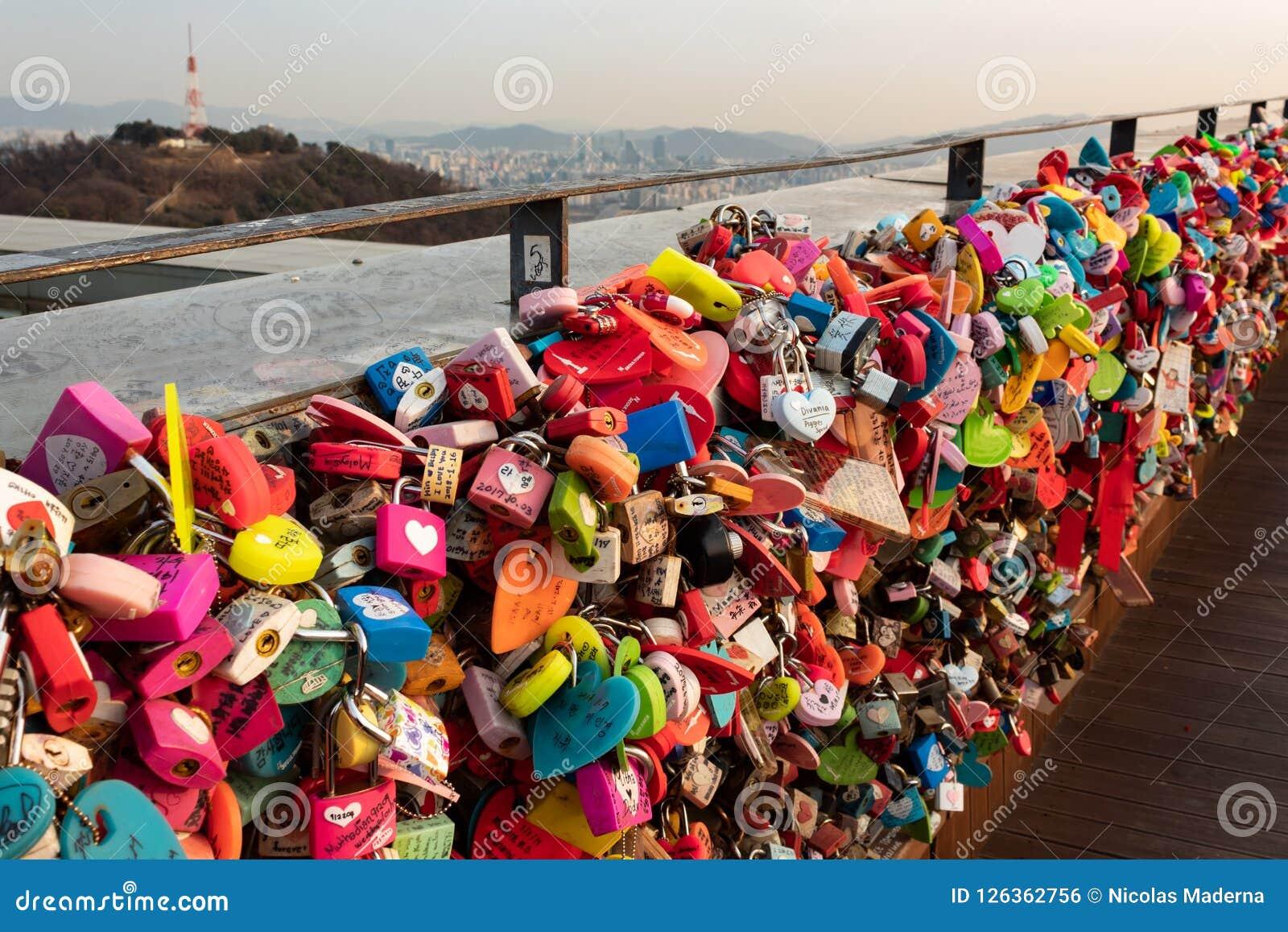 SEUL POŁUDNIOWY KOREA, JAN, - 22, 2018: Kłódki opuszczali od par miłości pojęcie które odwiedzali N Seul wierza,