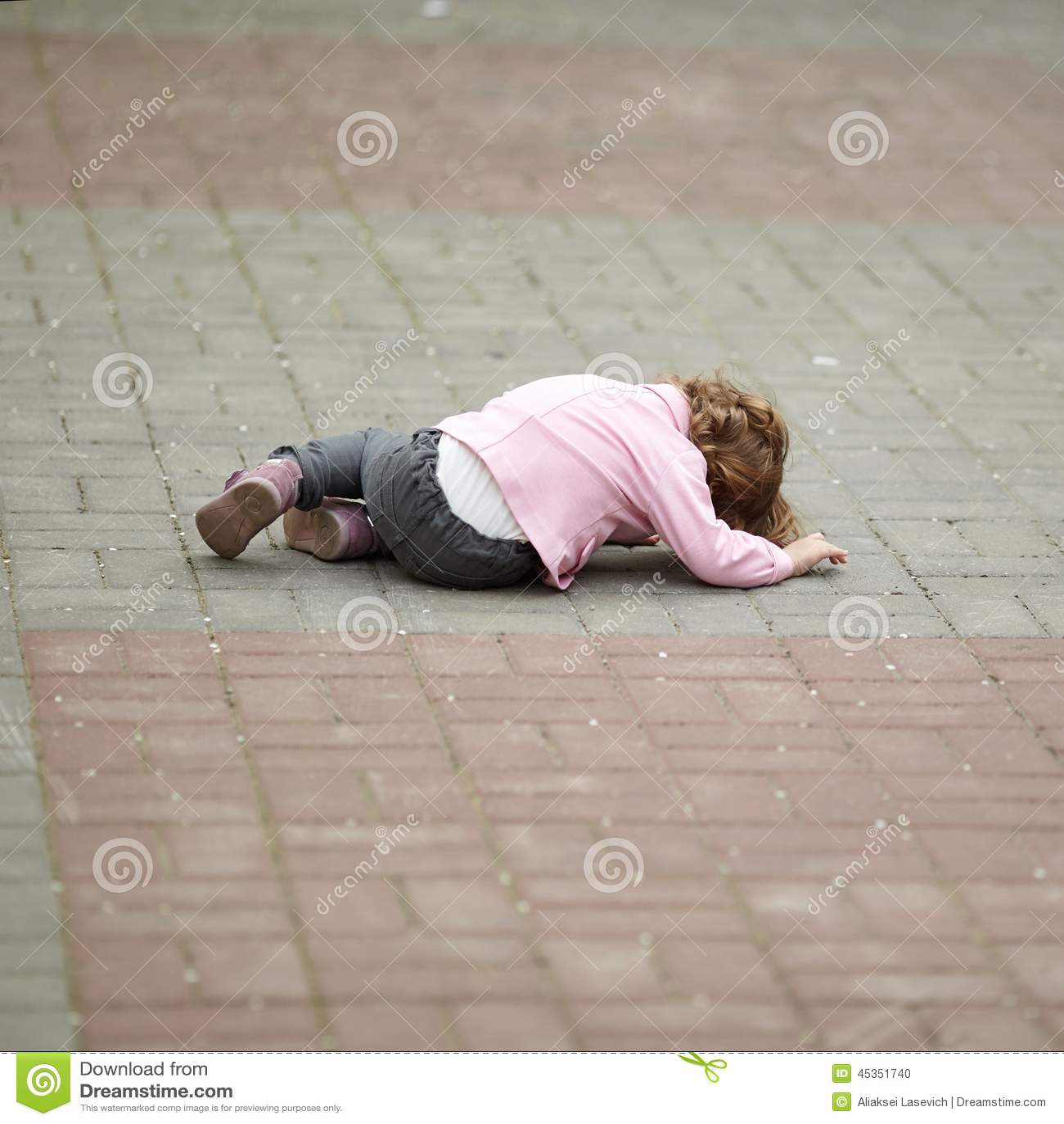 Seule fille pleurante se trouvant sur l asphalte