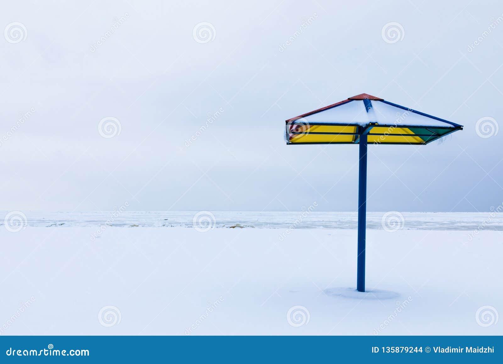 Seulement le parasol ou le parasol sur la plage d hiver sous la neige