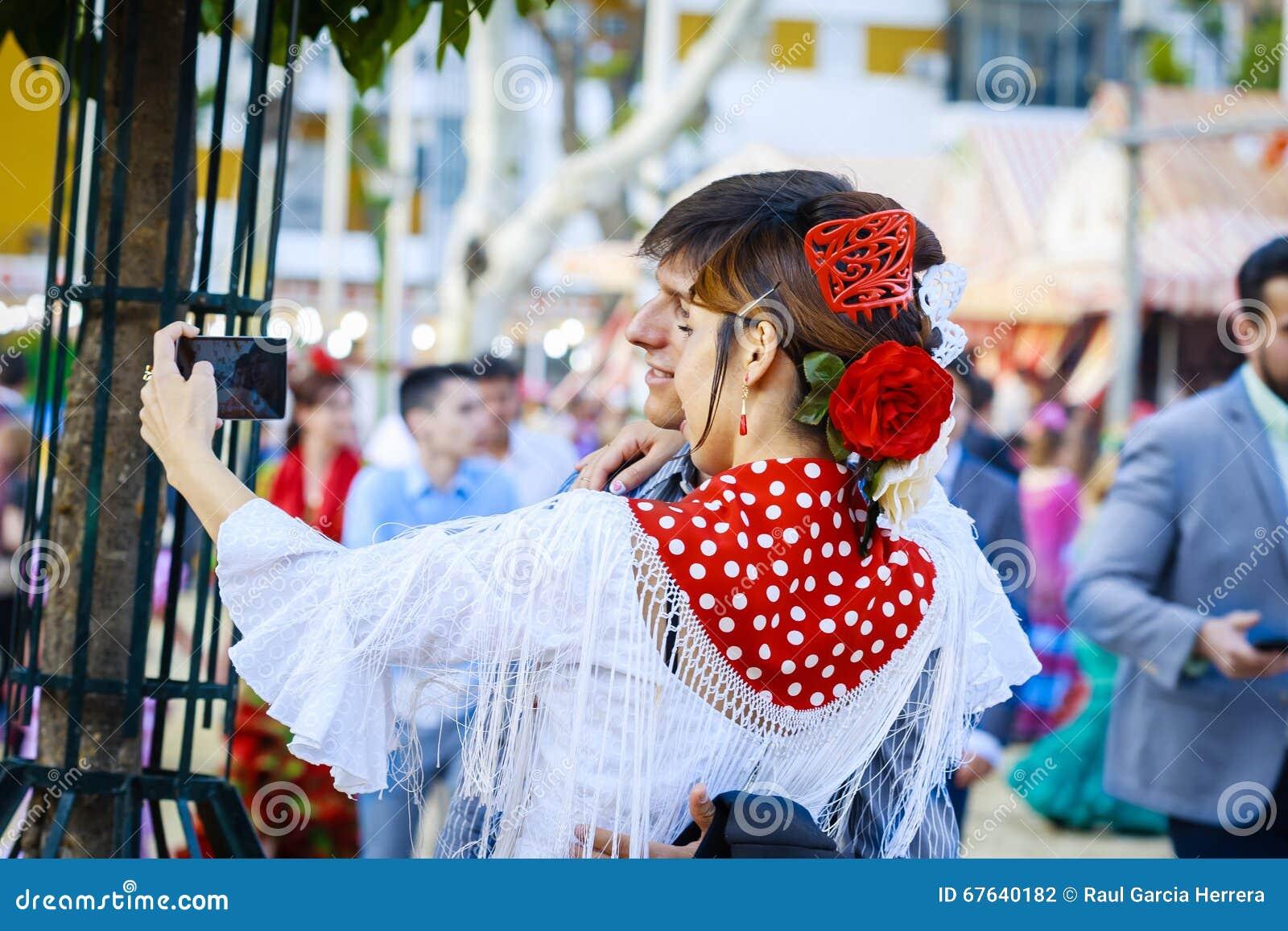 Sevilha, Espanha - 28 de abril de 2015: Turista japonês da mulher vestido
