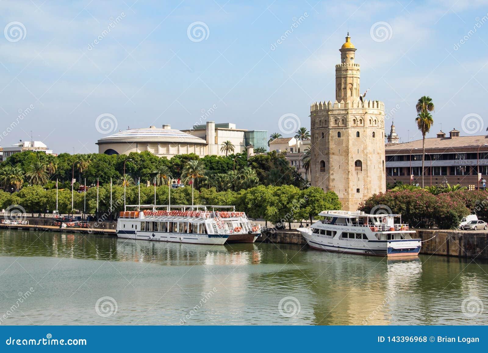 Sevilha, Espanha - Sept 23, 2013: Torre del Oro no rio de Guadalquivir