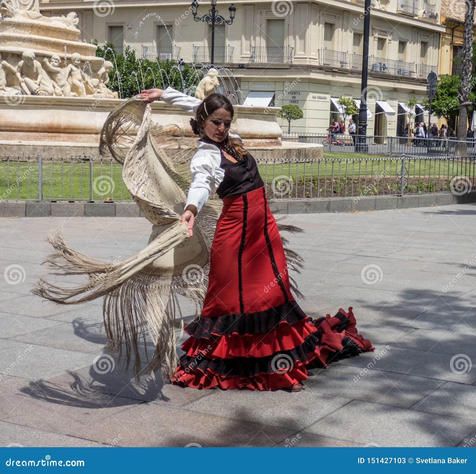 Sevilla, Andalusia, Spagna, il 27 maggio 2019, ragazza sul flamenco ballante della via, ballerino di flamenco