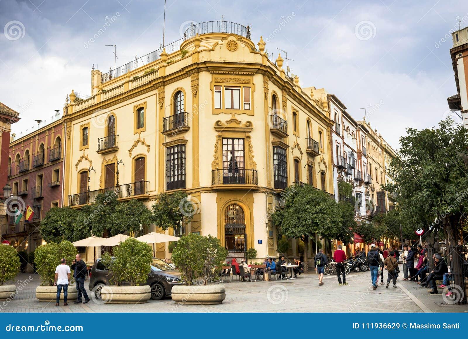 SEVILLE - SPANIEN: FEBRUARI 27, 2018 - Plaza Virgen de los Reyes spain