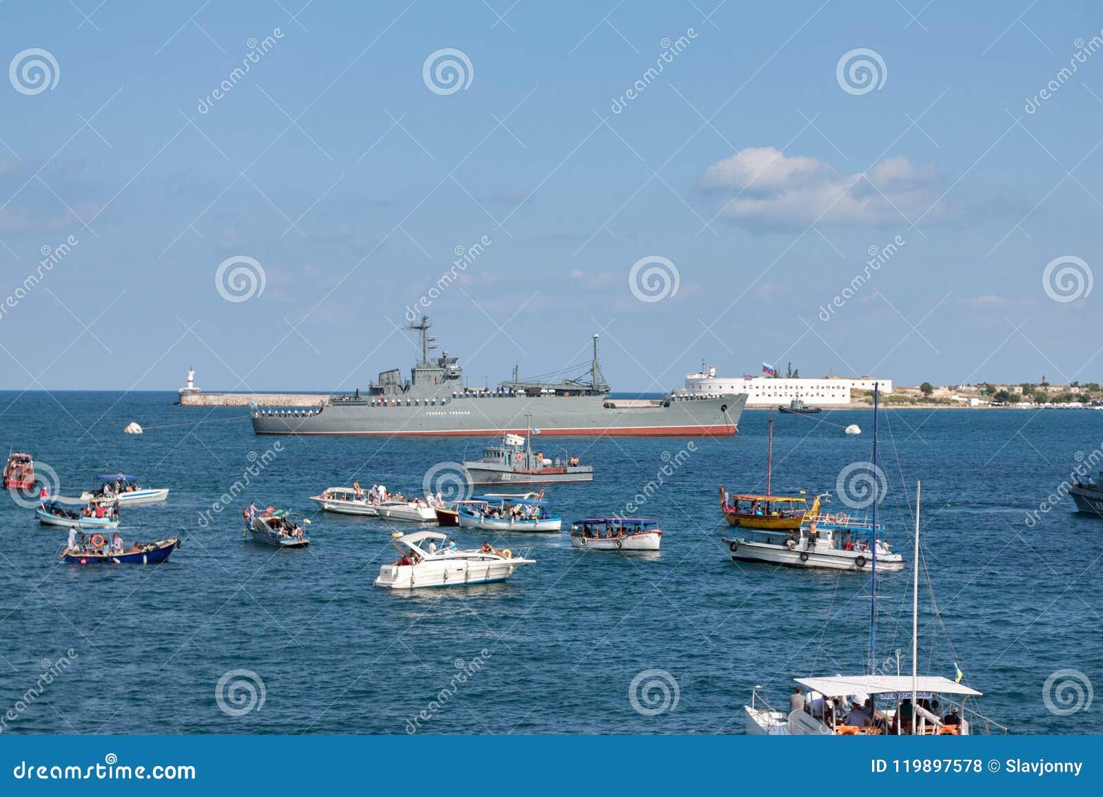 Sewastopol, Ukraine - 31. Juli 2011: Das Militärschiff