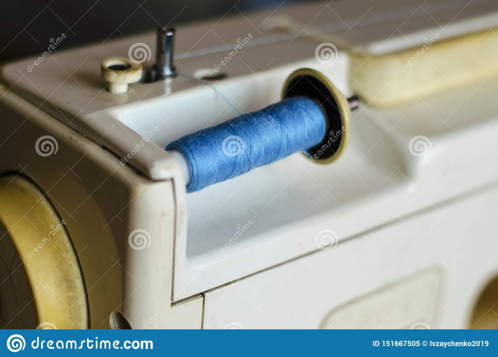 Sewing machine. Frontal view, the upper thread is filled for work