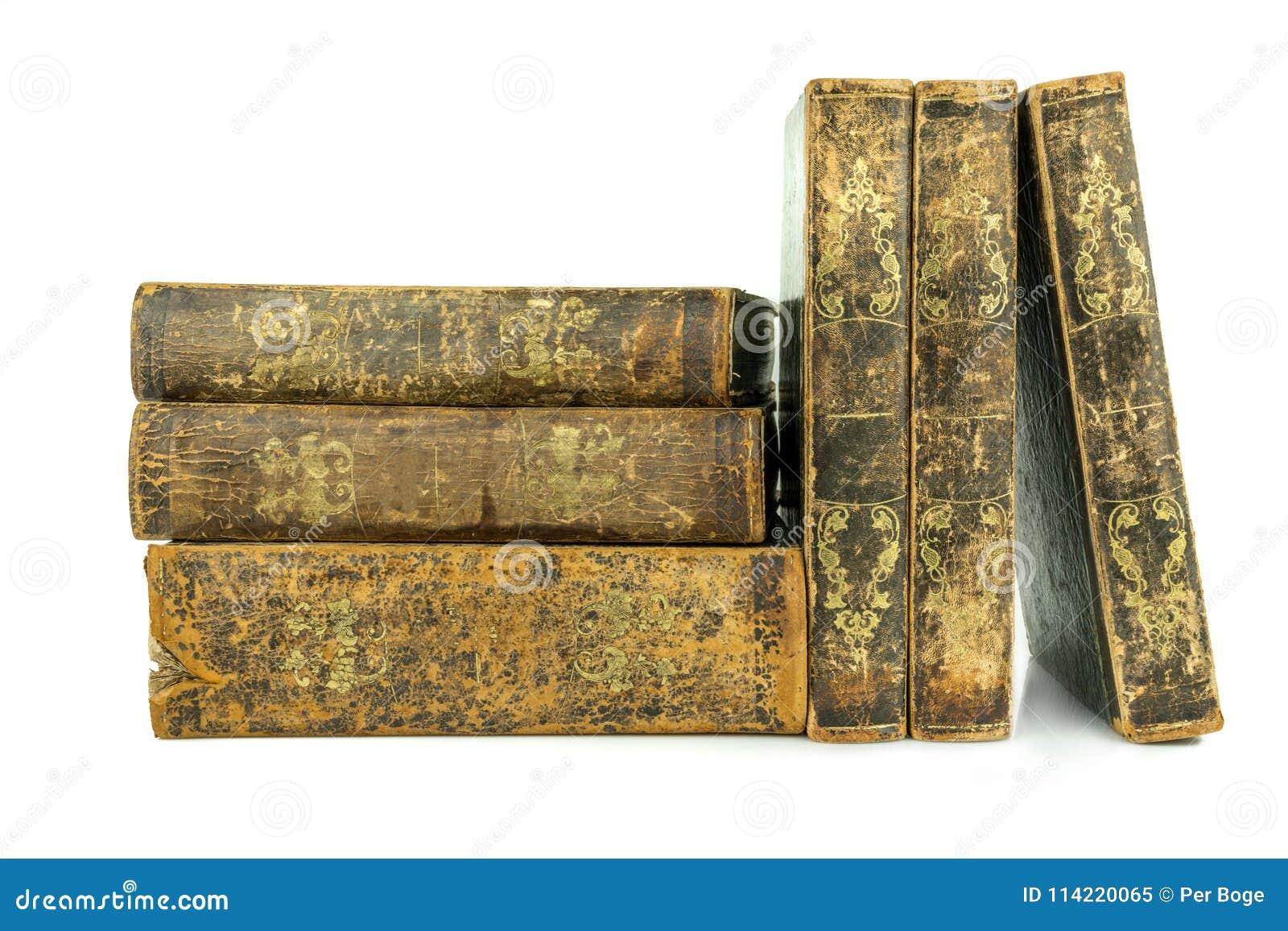 Sex åldrades forntida gammalt läder bokar staplat och att stå