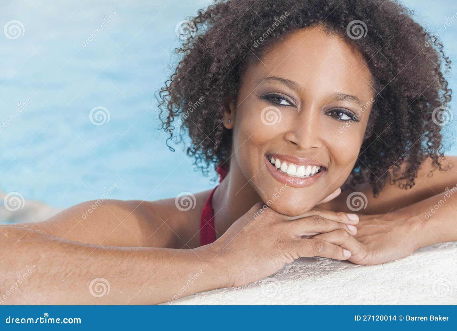 Sexig afrikansk amerikankvinnaflicka i simbassäng