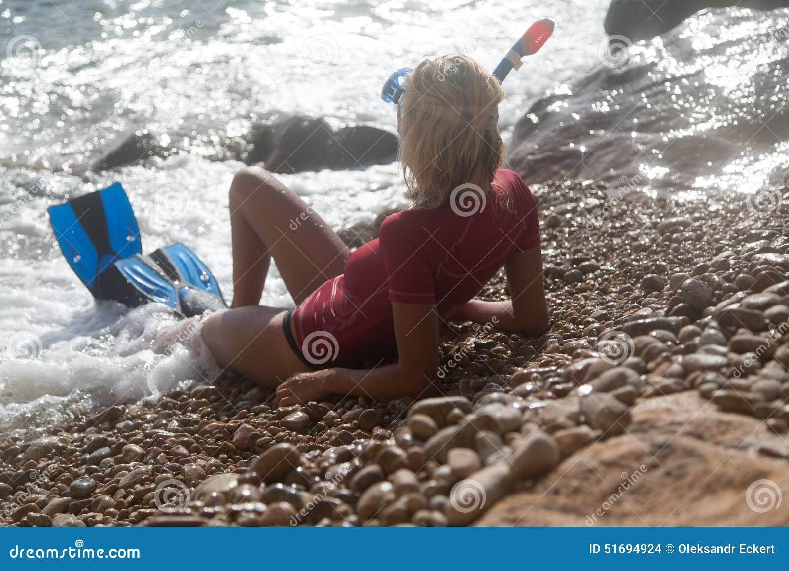 Sexig dykareflicka efter hennes dyk