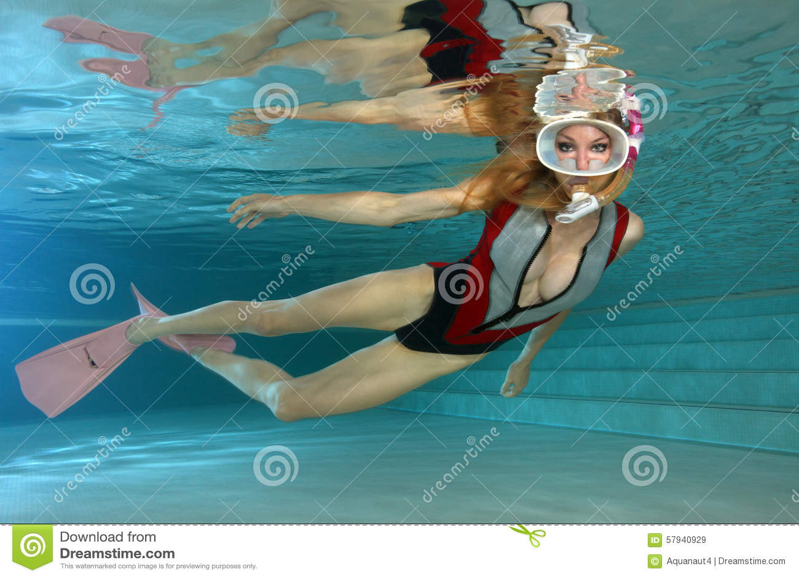 Sexig kvinnlig snorkeler