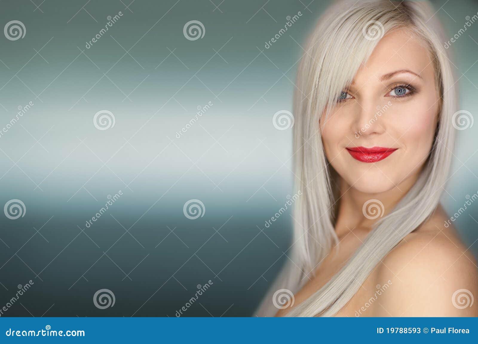 Sexig le kvinna för blond stående för hår lång