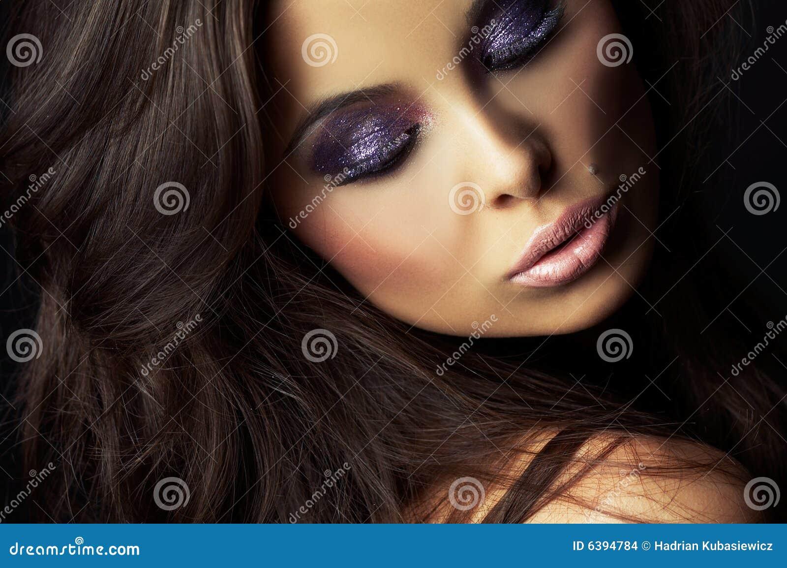 Sexig mörk flicka för härlig brunett