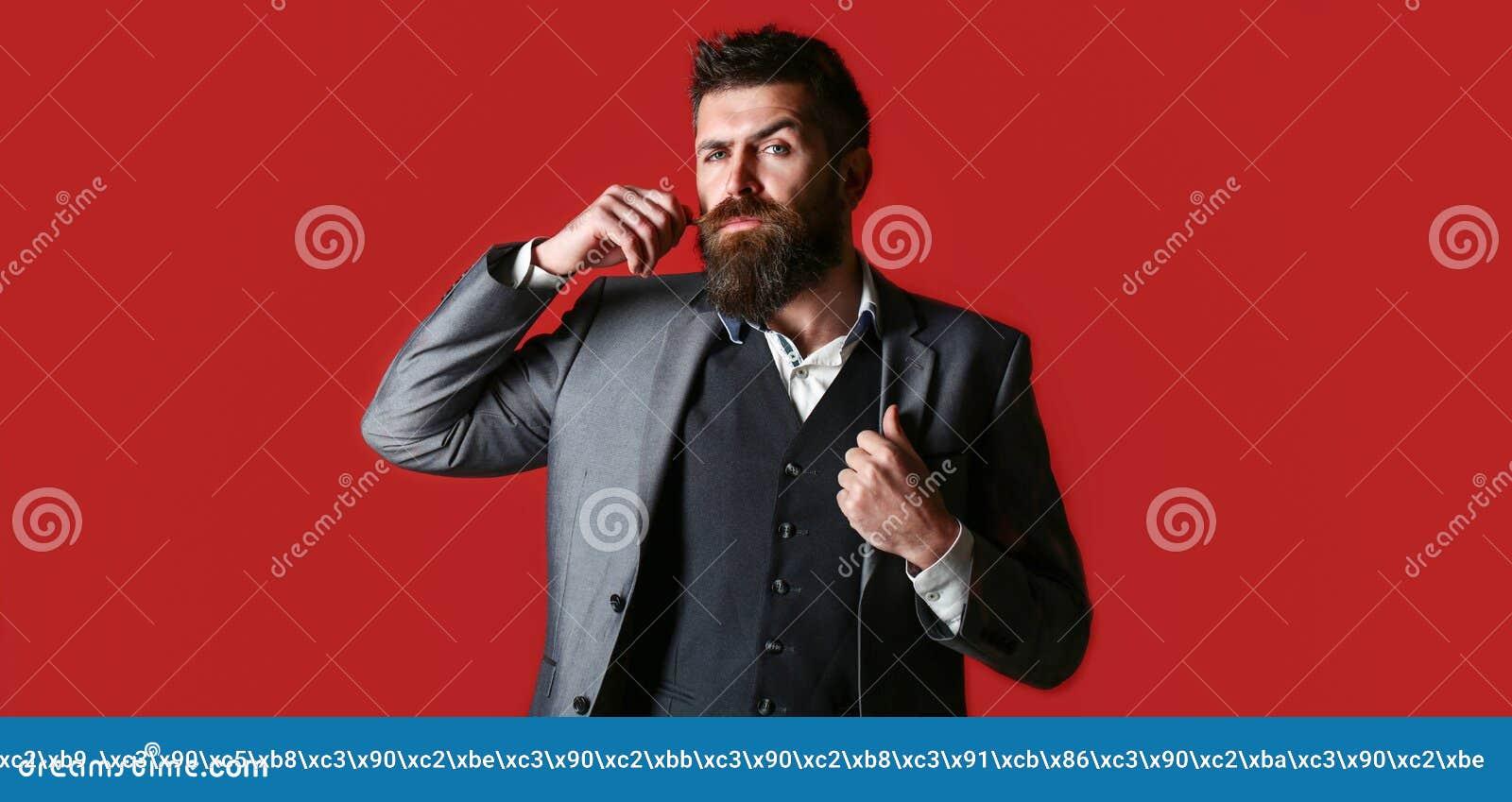 Sexig man, macho l?ngt sk?gg Studiost?ende av en sk?ggig hipsterman Manlig sk?gg och mustasch Stiligt stilfullt