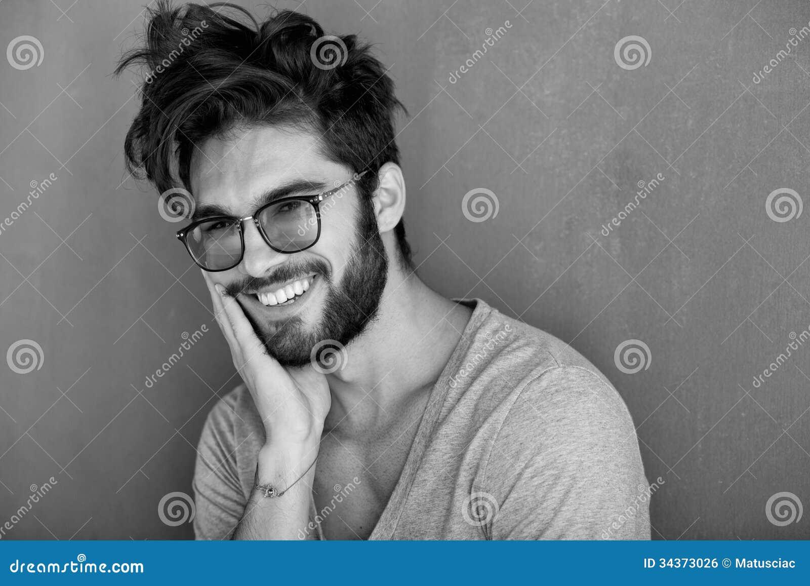 Sexig man med att skratta för skägg