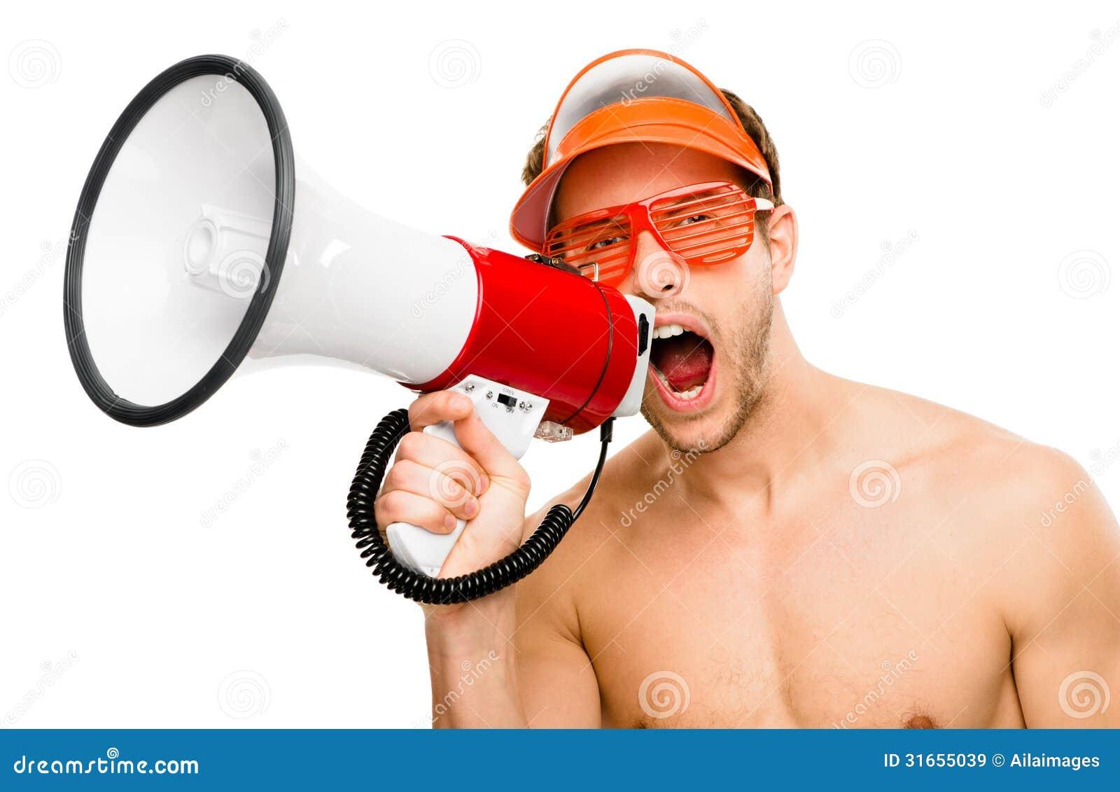 Sexig manlig lifegaurd som ropar i megafon på vit bakgrund