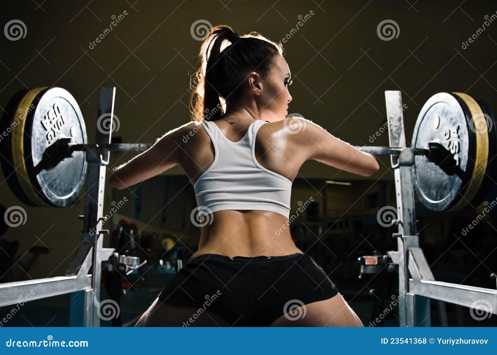 Sexig sportig kvinna för idrottshall
