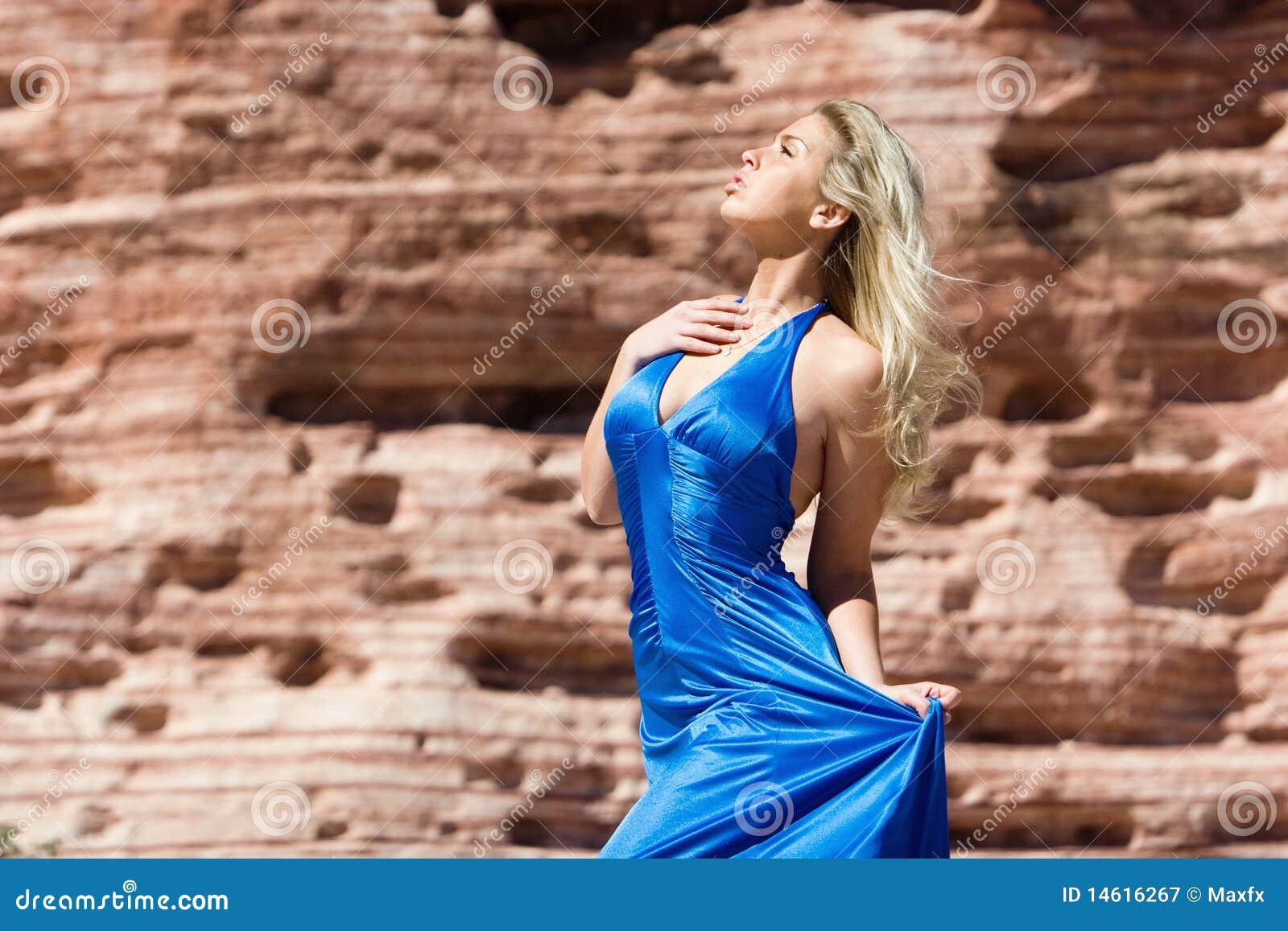 Sexig trendig flicka för blond klänning