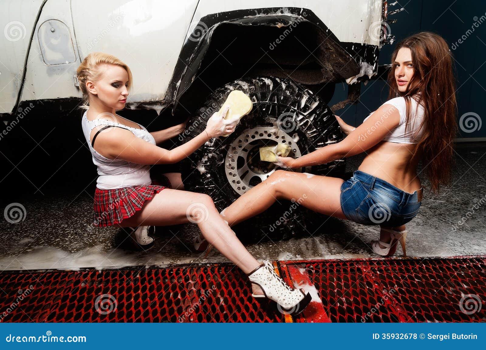 Sexiga kvinnor som tvättar bilen