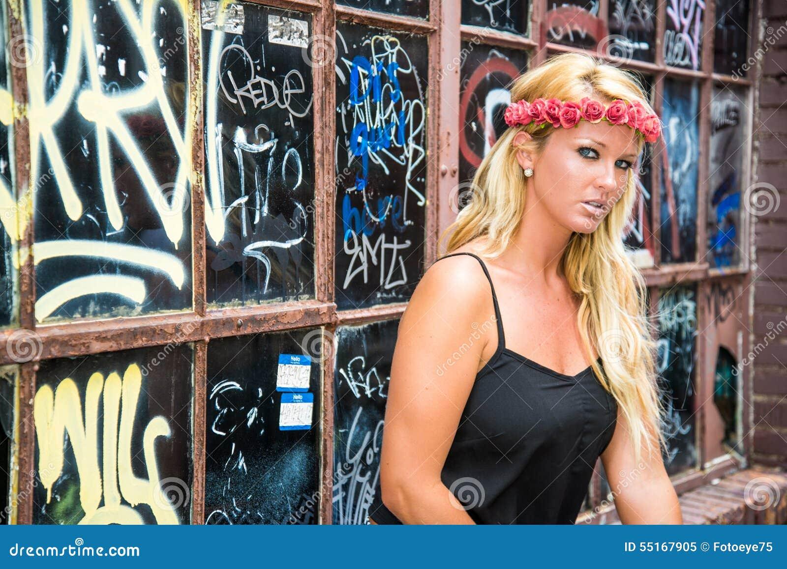 Sexy Blondemeisje op Toevallige Manier
