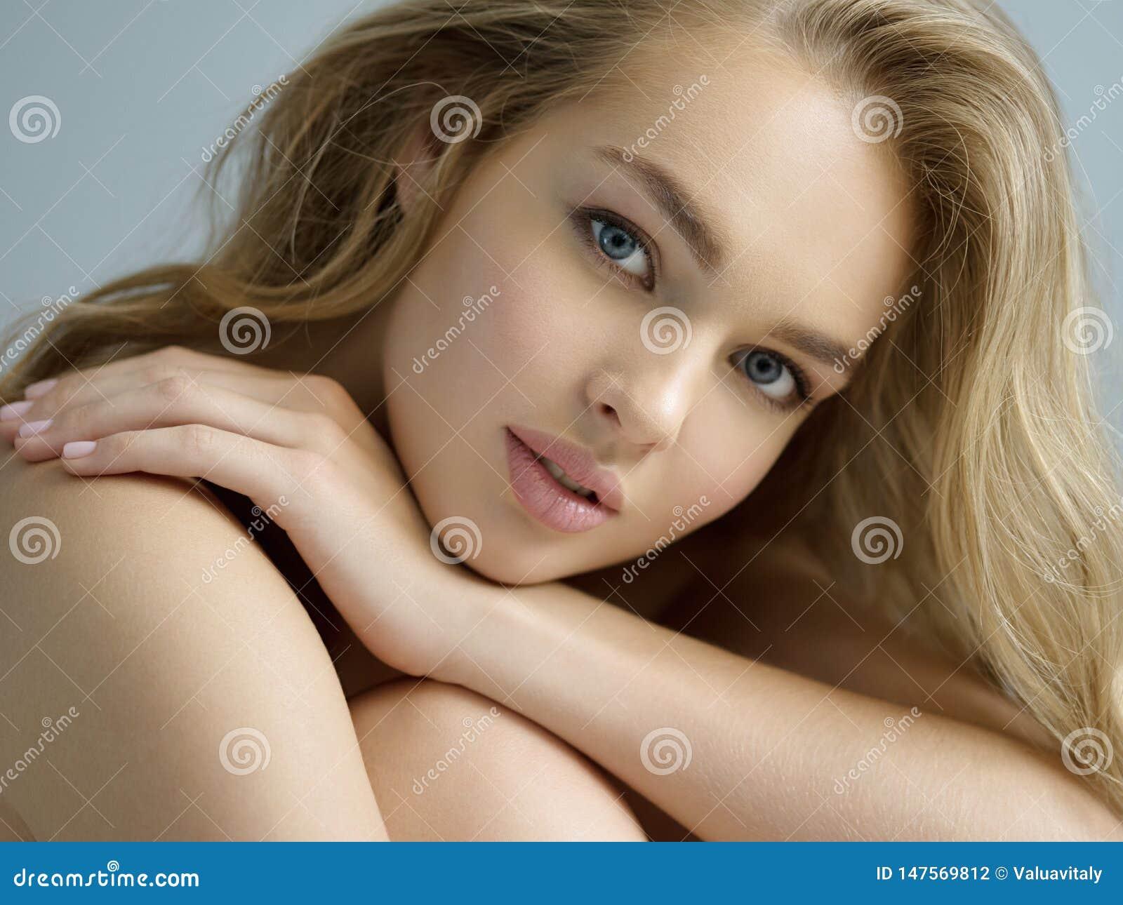 Sexy blondevrouw met lang krullend haar