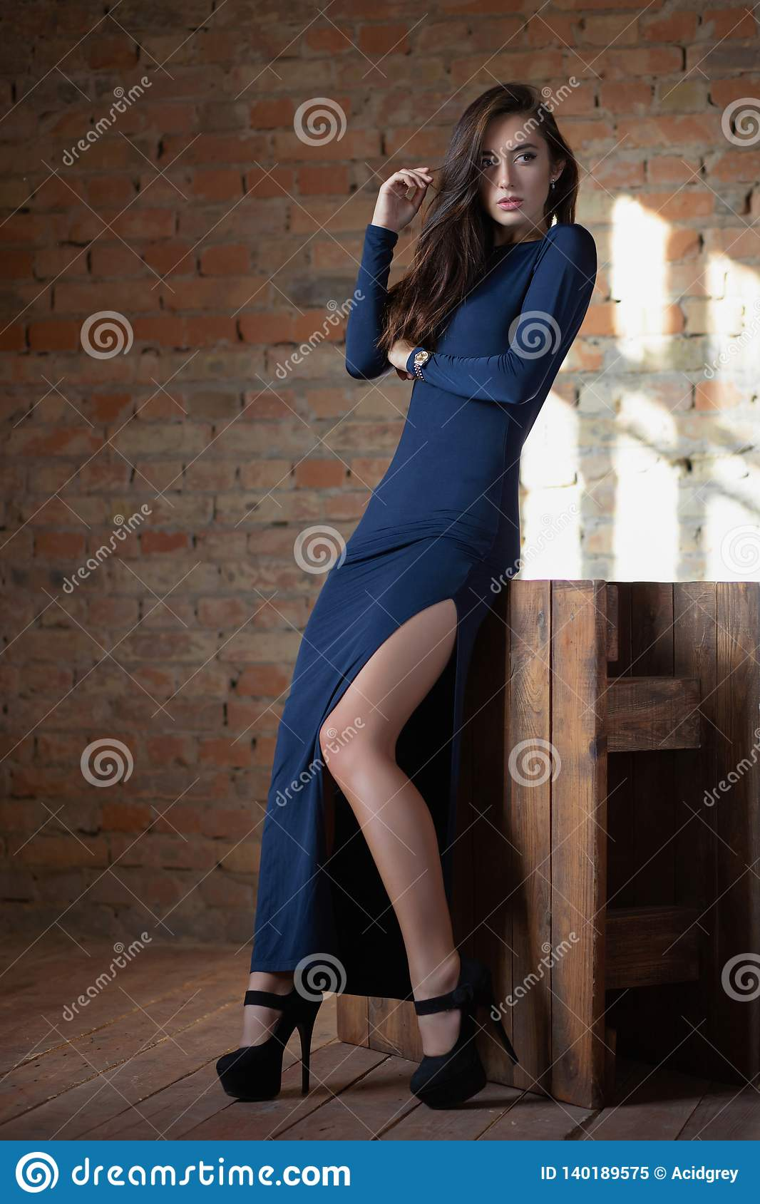 Sexy Dame, die im Studio aufwirft