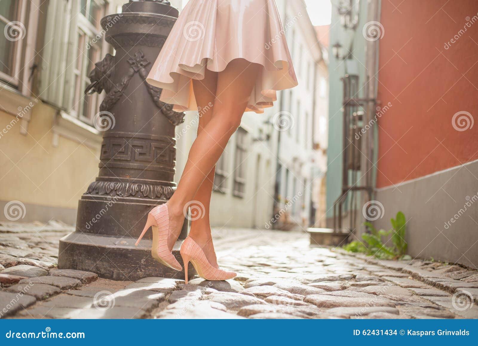 Sexy Dame mit den schönen Beinen gehend in alte Stadt