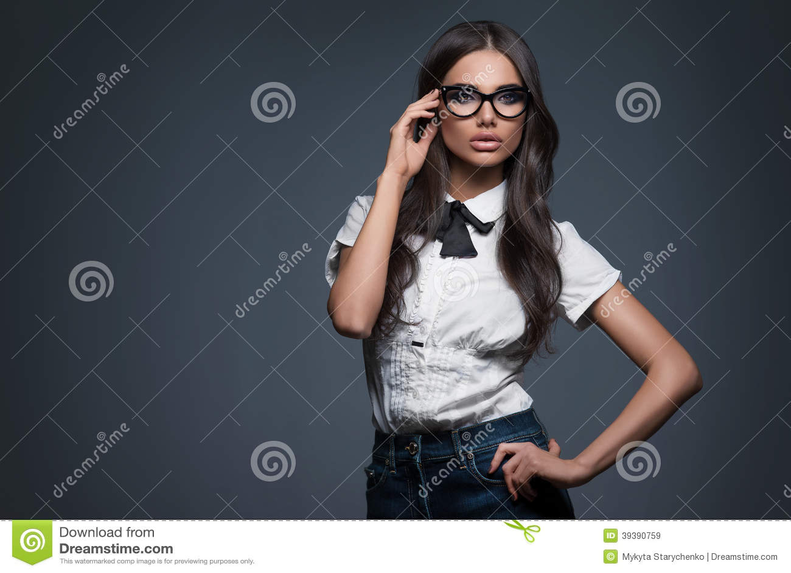 Sexy elegante Frau in den Gläsern