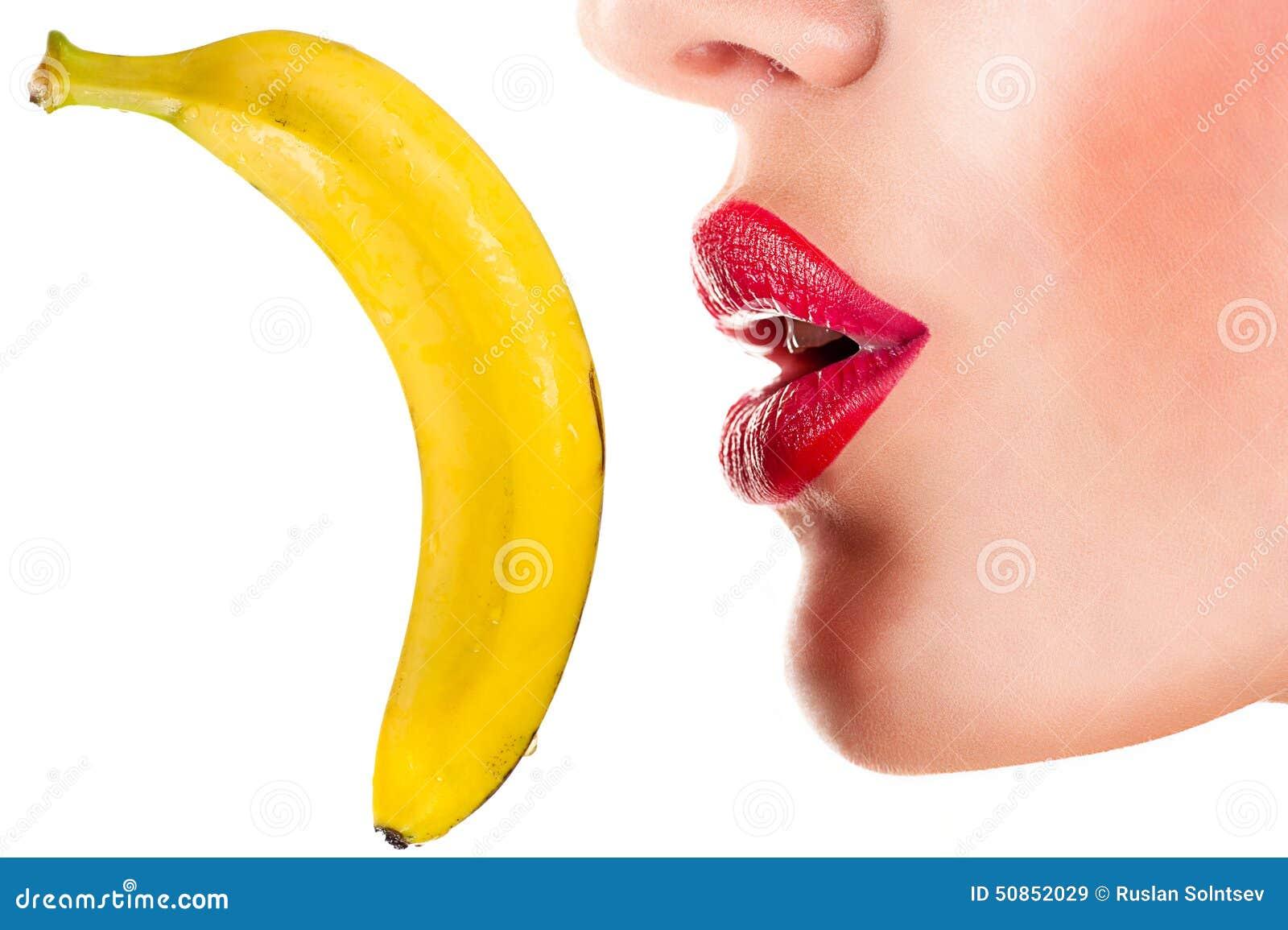 Sexy Frau, die Banane, sinnliche rote Lippen isst