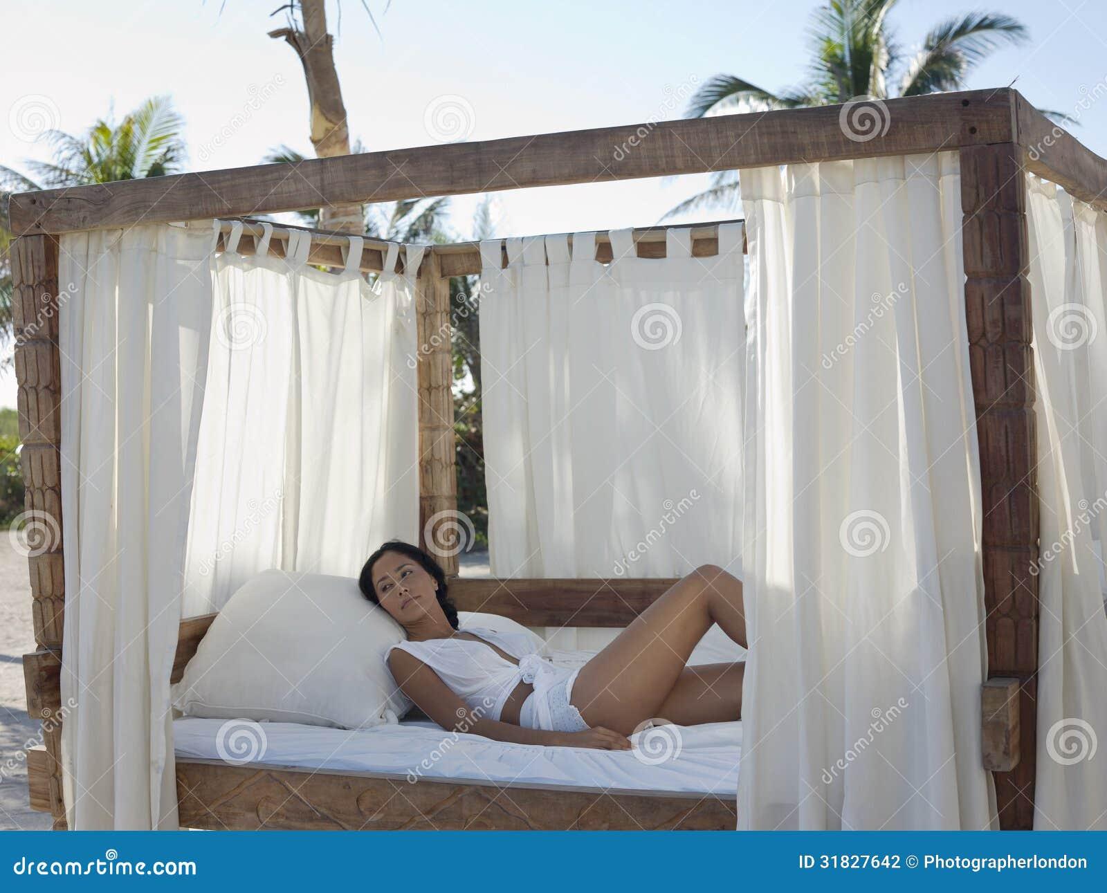 Sexy Frau, Die Im Himmelbett Sich Entspannt Lizenzfreie ... Himmelbetten Fur Draussen