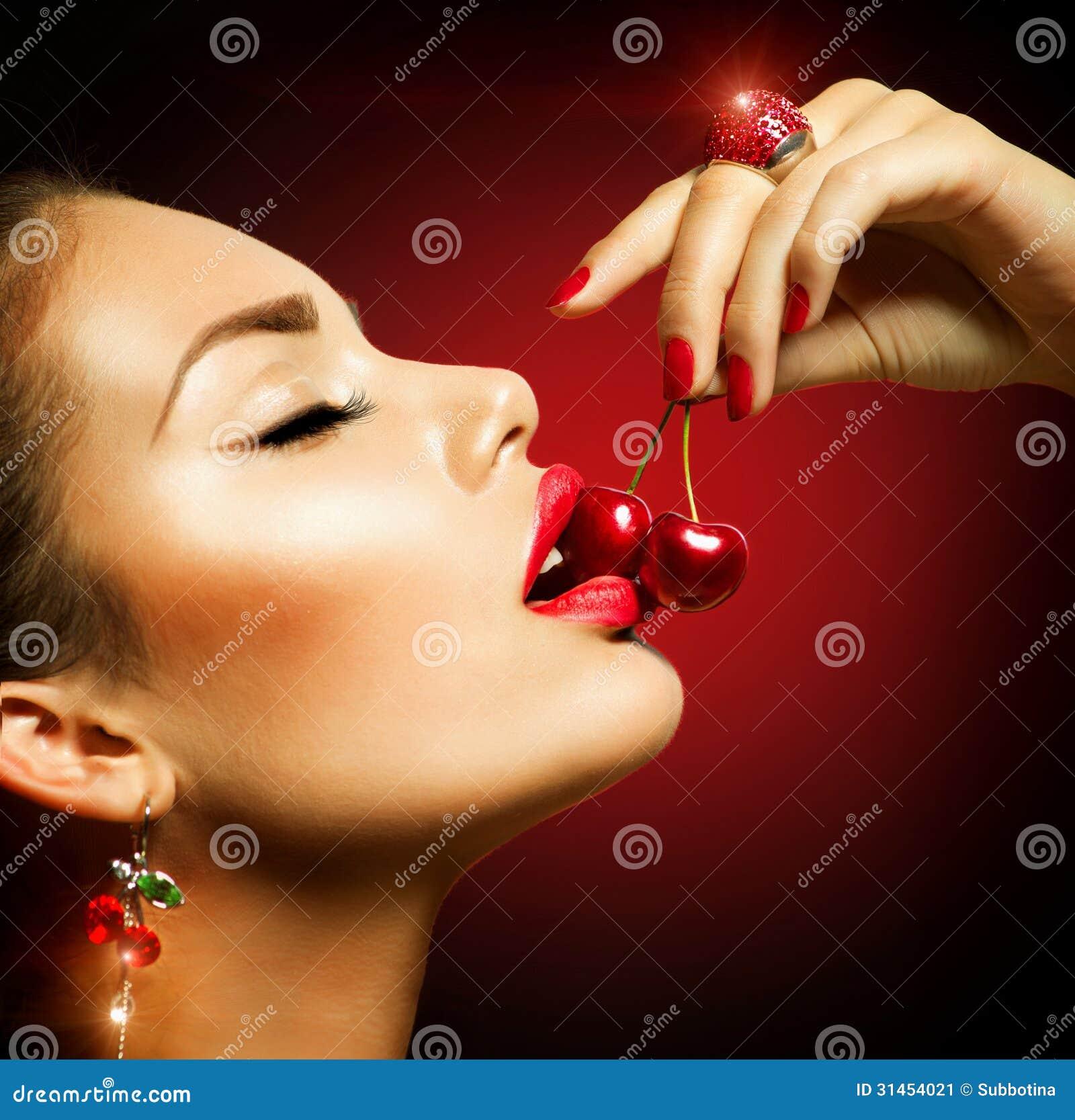Sexy Frau isst Erdbeere