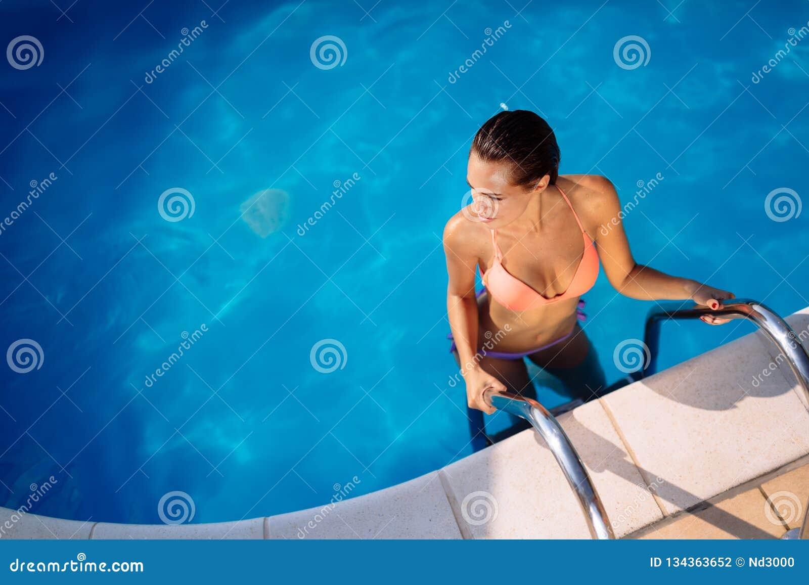 Sexy Frau, die Sommer im Pool genießt