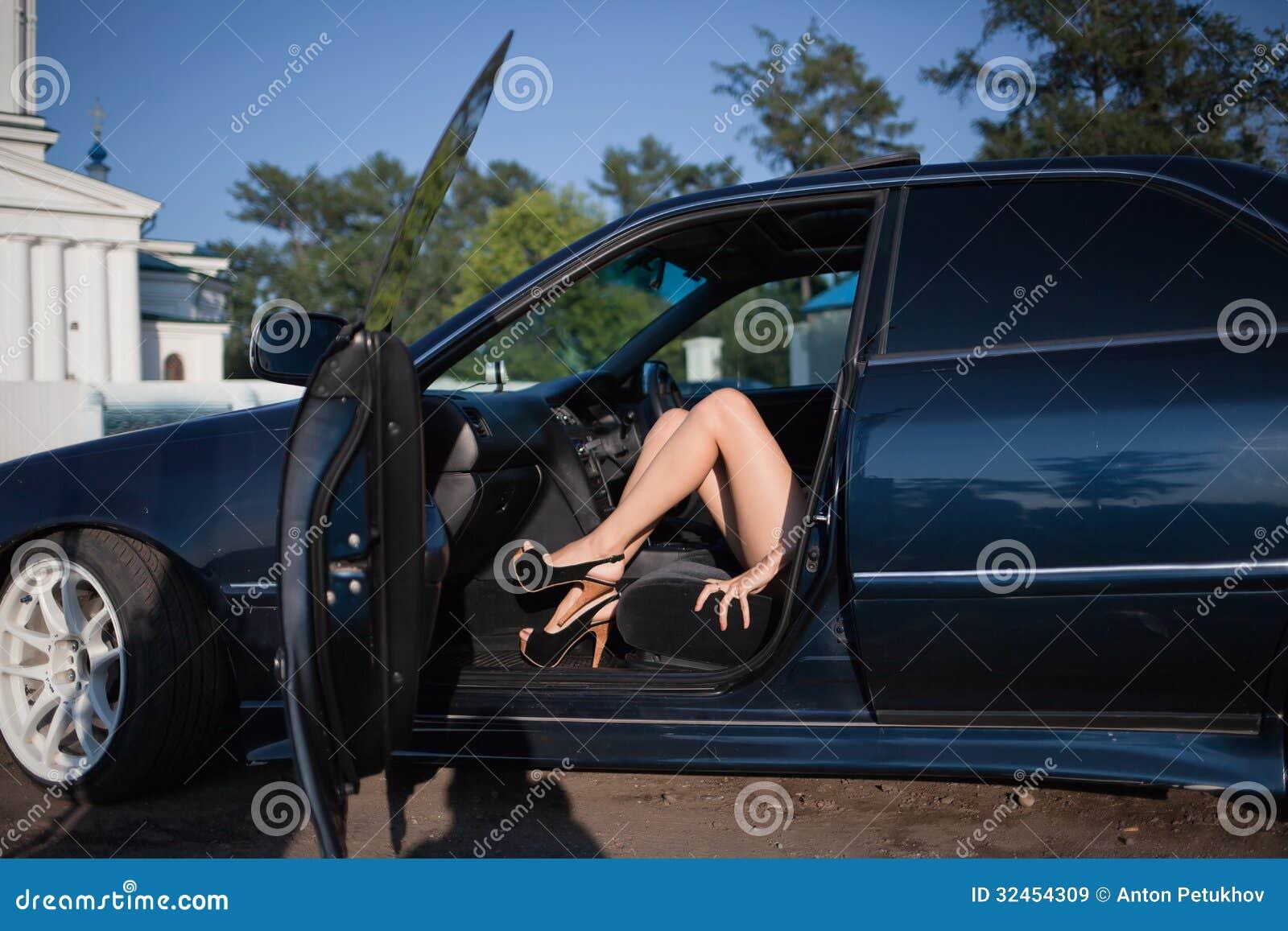Eskort kadın meslek icabı kalkan yarrakları indiriyor