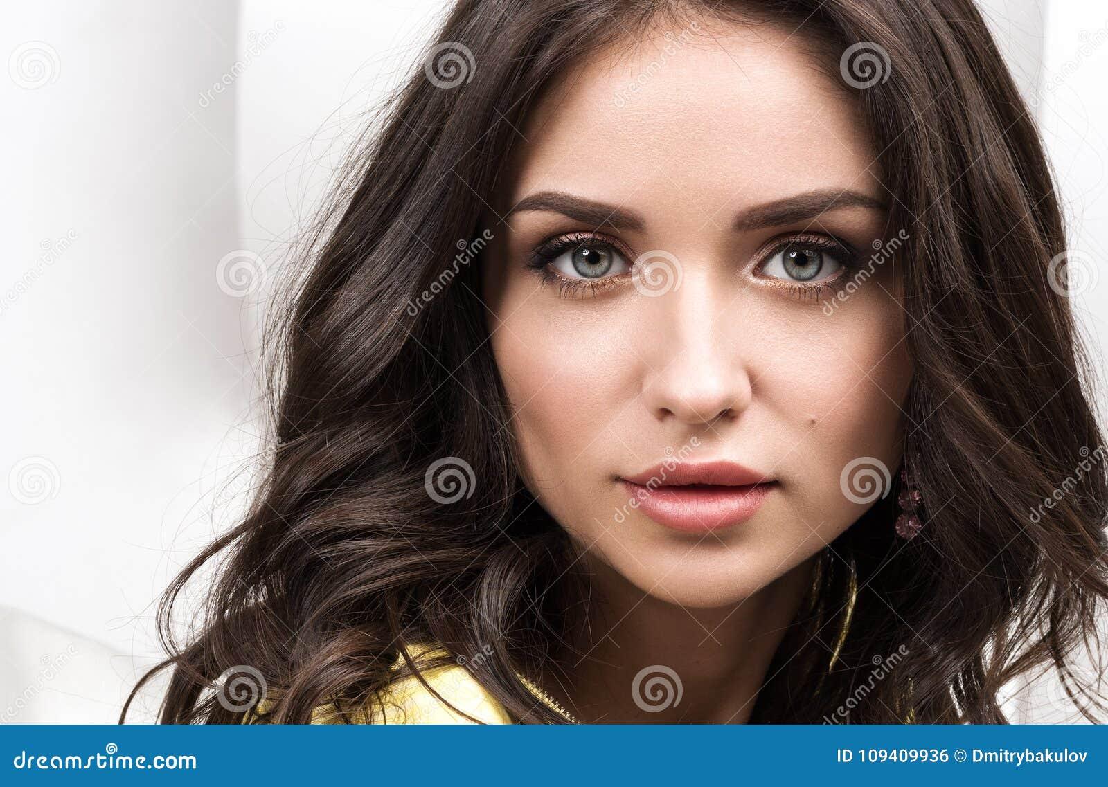 Sexy Frau Junger schöner Brunette mit dem langen Haar
