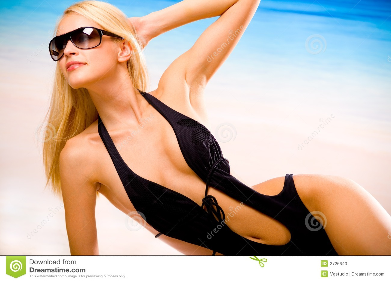 Sexy gelooide vrouw op strand