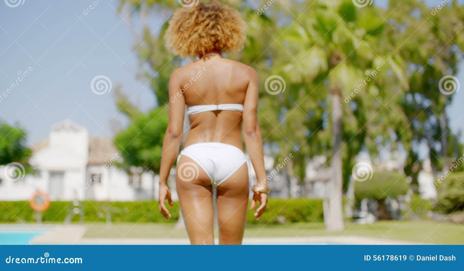 teen-bikini-girl-walks-around-pool-video-girls-jeans