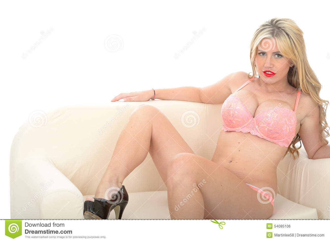 Sexy Jong Pin Up Model Posing in Coral Lingerie Lounging op Meubilair