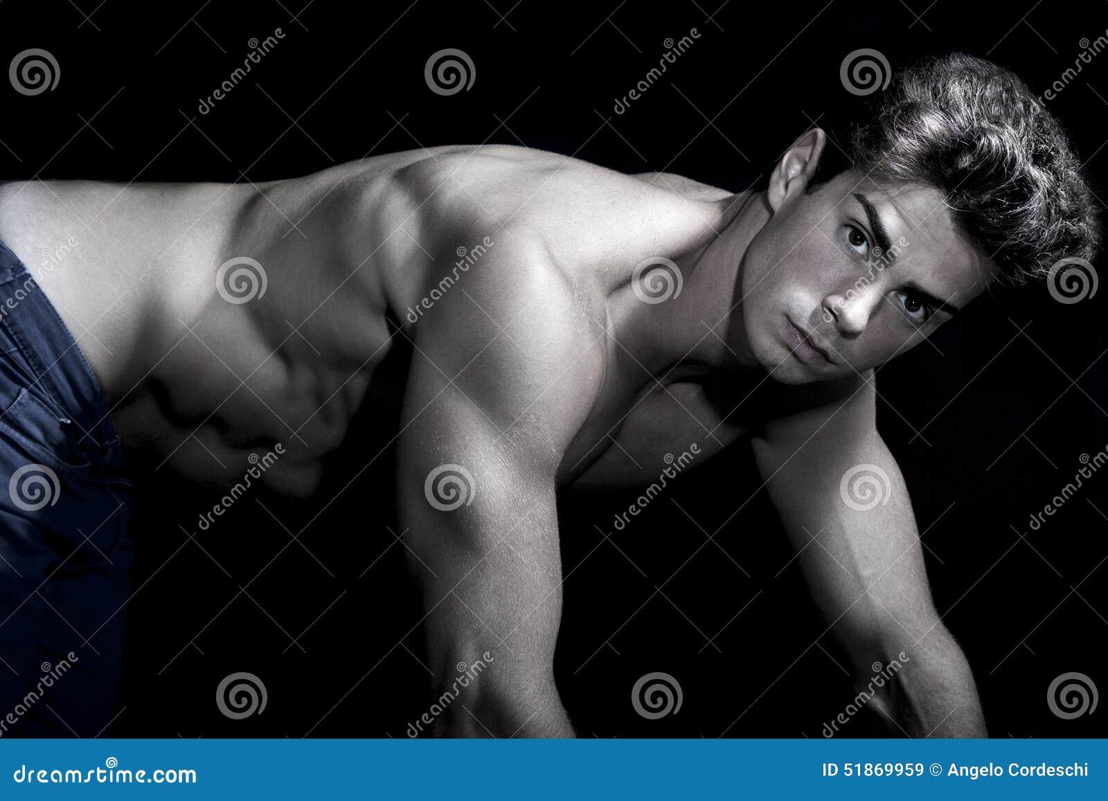 Sexy jonge shirtless mens Gymnastiek spierlichaam Viervoeterpositie Op alle fours